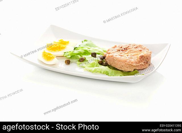 Tuna with salad, eggs and capers