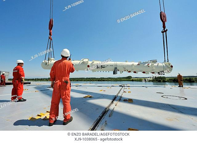 Naval operations of unloading and loading of petroleum components exceptional size