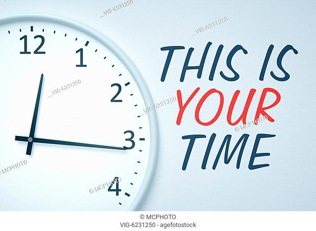 Eine simple Uhr an einer Wand, neben der steht: This is Your Time - 01/01/2018