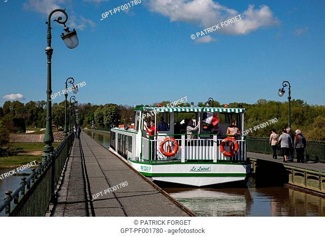 YACHT ON THE CANAL BRIDGE OF BRIARE, CANAL RUNNING ALONGSIDE THE LOIRE, LOIRET 45, FRANCE