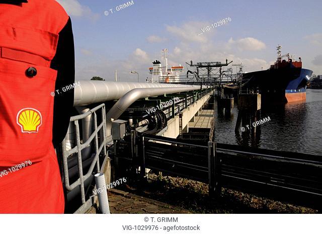 GERMANY, HAMBURG, 25.09.2008, Crude oil unloading at the Shell AG refinery pier for oil tankers in the Hamburg Kattwyk-Harbour