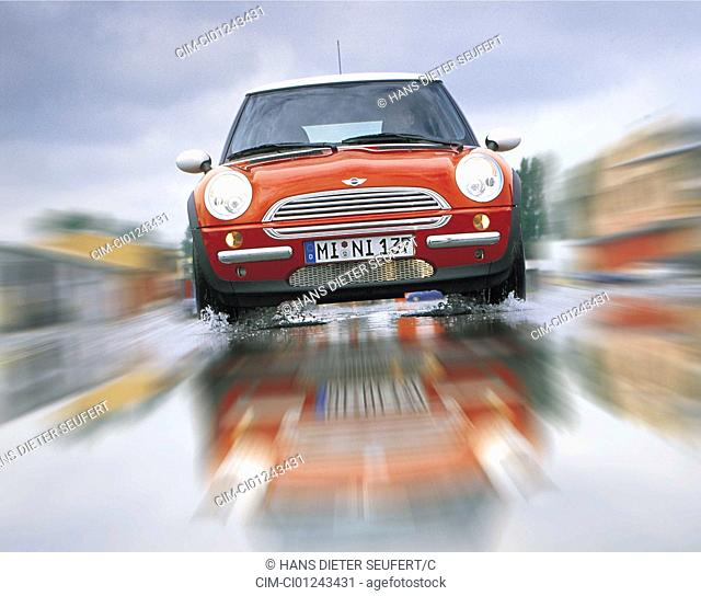 Car, BMW Mini Cooper, Miniapprox.s, Limousine, model year 2001-, from the front, frontal view, driving, wet highway, rain, red, ams 16/2001, Seite 022