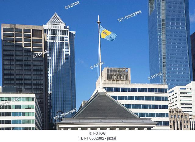 USA, Pennsylvania, Philadelphia, view of state flag on top of skyscraper