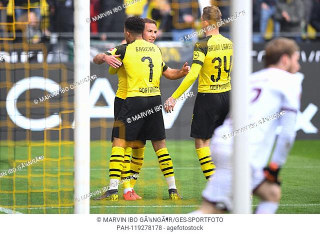 jubilation over the 1: 0: left to right Mario Goetze (BVB), goalkeeper Jadon Sancho (BVB), Jacob Bruun Larsen (BVB). GES / Soccer / 1