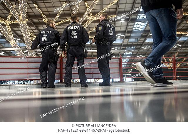 21 December 2018, Baden-Wuerttemberg, Stuttgart: Federal police officers check a terminal at Stuttgart airport. The federal police have tightened security...
