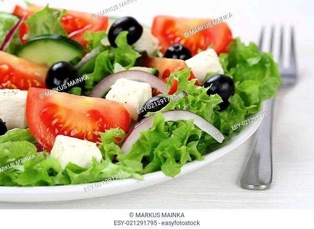 Griechischer Salat mit Tomaten, Feta Käse und Oliven in Schüssel oder Teller