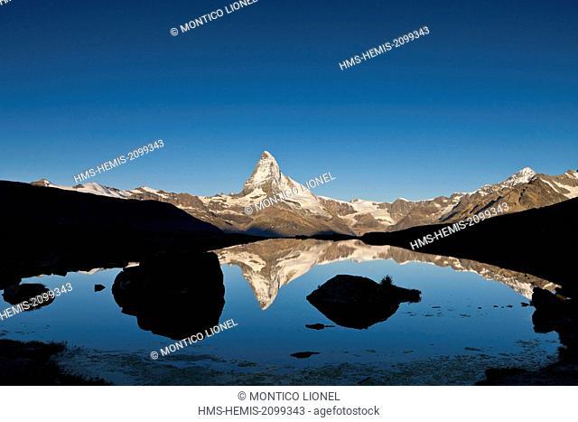 Switzerland, canton of Valais, Zermatt, the Matterhorn (4478m) from Lake Stellisee