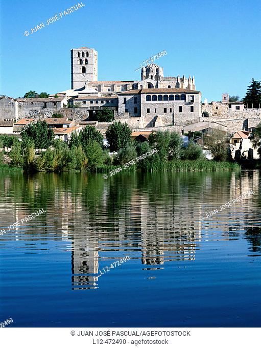 Cathedral and Douro river, Zamora. Castilla-León, Spain