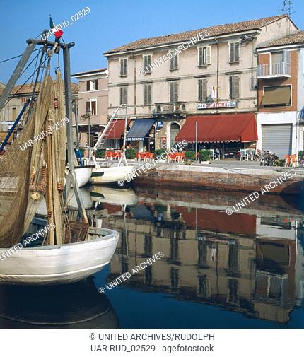 Der Fischerhafen von Cesenatico an der italienischen Adria, Italien 1970er Jahre. The fishing port of Cesenatico at the Adriatic Sea, Italy 1970s