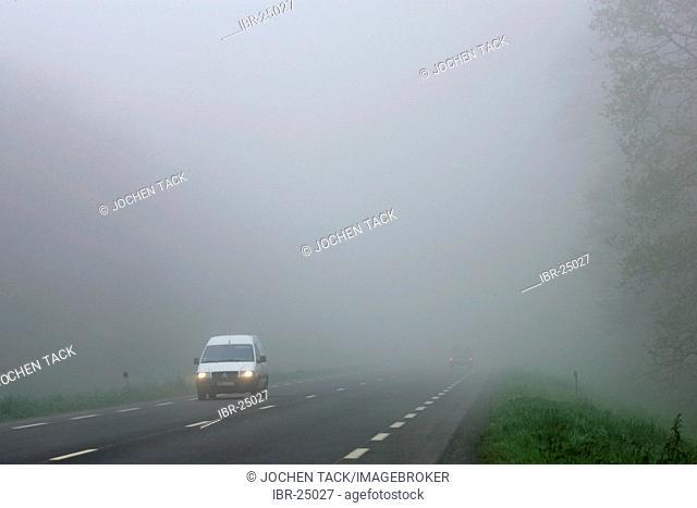 FRA, France, Normandy: morning fog, country road