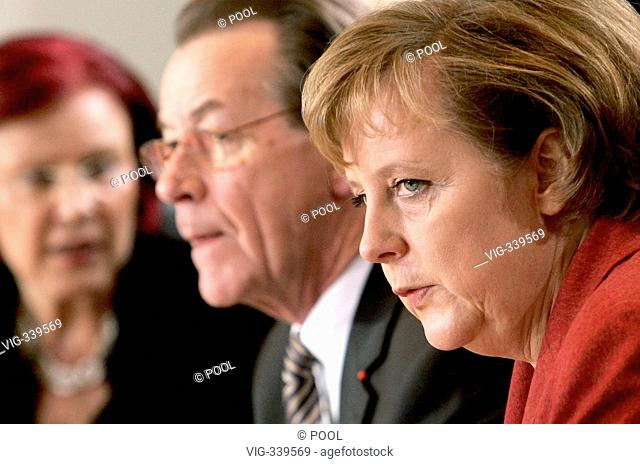 GERMANY, BERLIN, 13.12.2006 Franz MUENTEFERING ( SPD ), federal minister of labour and social affairs and vice federal chancellor, Angela MERKEL ( CDU )