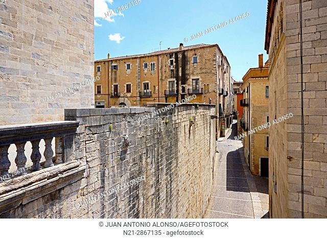 Streets around the Cathedral of Santa María de Girona in the old quarter. Girona, Catalonia, Spain, Europe