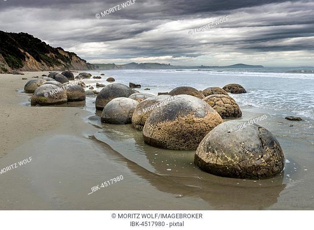 Moeraki Boulders, Round Rocks on the Beach, Coast, Moeraki, Otago Region, Southland, New Zealand
