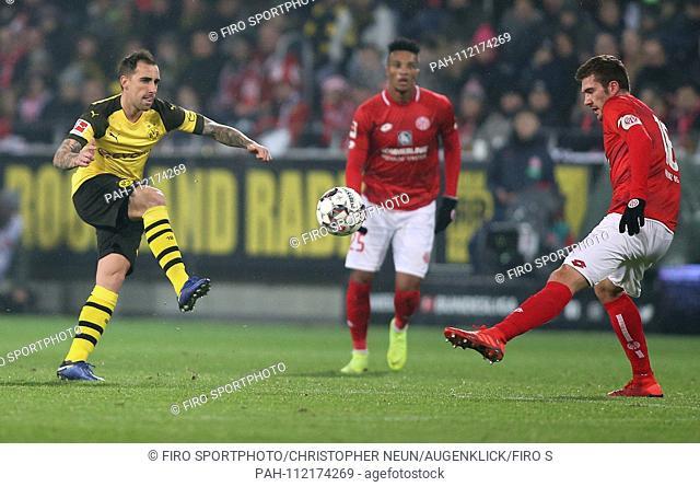 firo: 24.11.2018, football, 1.Bundesliga, season 2018/2019, FSV FSV FSV Mainz 05 - Borussia Dortmund, duels, Paco ALCACER, BVB Borussia Dortmund, whole figure