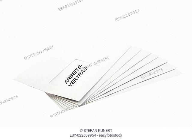 Stapel Briefumschläge mit der Aufschrift Arbeitsvertrag