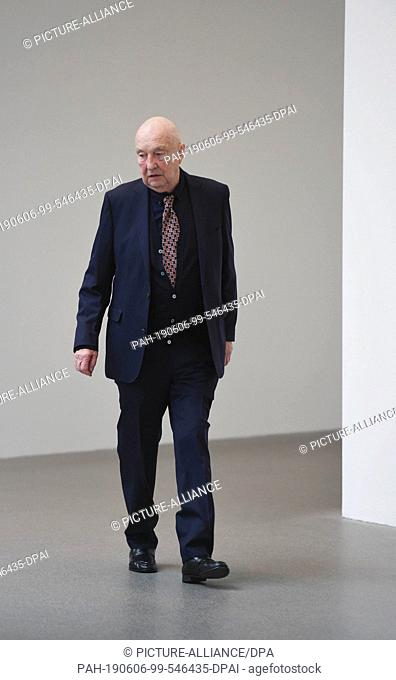 06 June 2019, Bavaria, Munich: The artist Georg Baselitz comes to a photo opportunity on the occasion of a donation of his works to the Pinakothek der Moderne