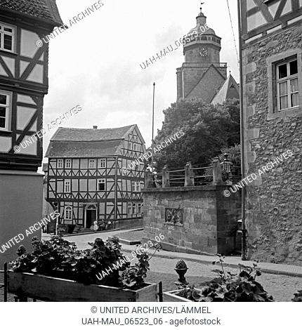 Partie in der Altstadt von Homberg mit Blick auf die evangelische Stadtkirche St. Marien, Deutschland 1930er Jahre. Impression from the old city of Homberg with...