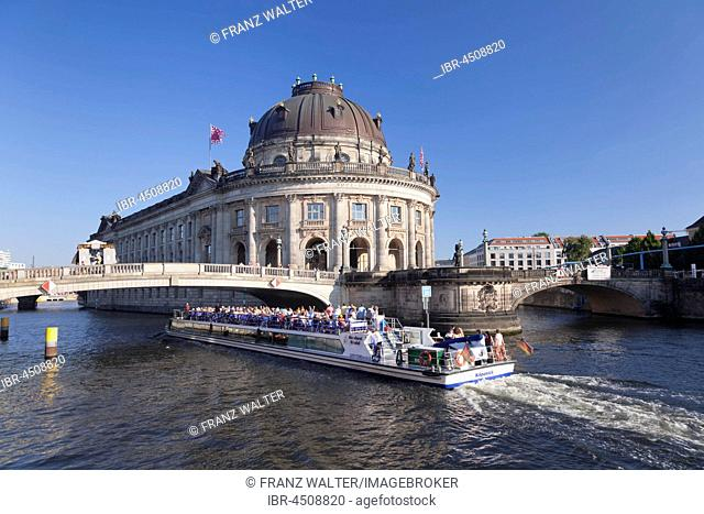 Excursion boat on the Spree at the Bode Museum, Museum Island, Berlin-Mitte, Berlin, Germany