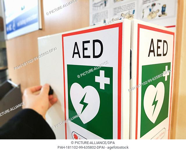 29 October 2018, Hessen, Marburg: An automated external defibrillator (AED) in a box in the Marburger Kreishaus. The device is used as a first aid measure in...