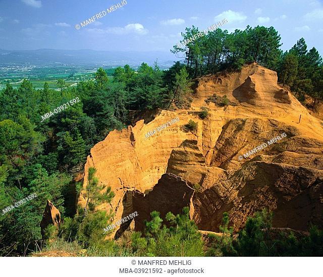 France, Provence-Alpes-Cote d'Azur, department Vaucluse, Roussillon, rockface, ocher-rocks, forest, landscape, mountain, plateau, rocks, rock-formation