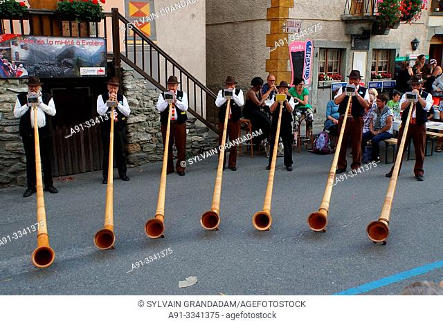 Switzerland, Valais (Wallis), Val d'Herens, Village of Evolene, folkloric summer festival, alpine horn players /Suisse, Valais (Wallis), Val d'Herens