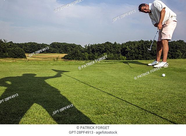PUTTING ON THE GREEN, GOLF COURSE OF CHARTRES, FONTENAY-SUR-EURE, EURE-ET-LOIR (28), FRANCE