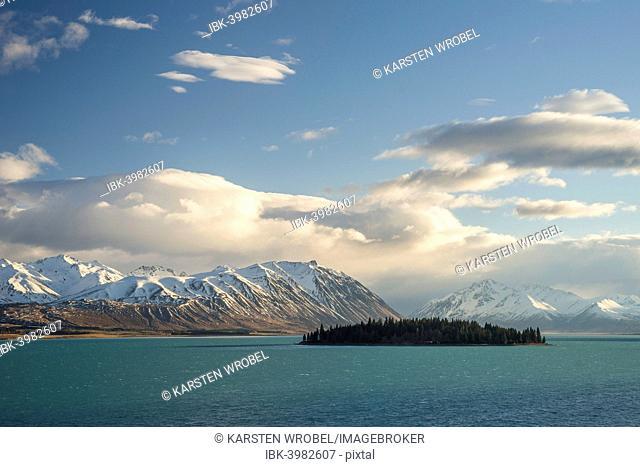 Island in Lake Tekapo in front of a mountain range, Canterbury Region, South Island, New Zealand