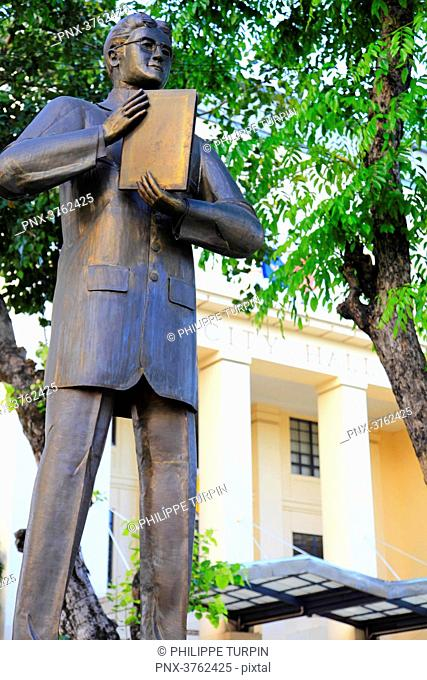 Philipins, Cebu City. Cebu Island. The City hall. Vicente Rama statue
