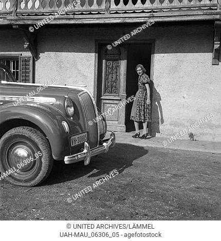 Ein Opel Admiral vor einem Schulhaus in Österreich, 1930er Jahre. An Opel model Admiral in front of an elementary school at Austria, 1930s