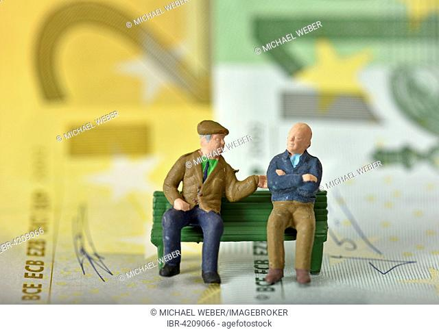 Pensioners on a bench, euro banknotes behind, symbolic image pension, private and state pension