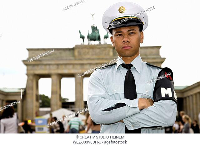 Germany, Berlin, American soldier in front of Brandenburger Tor, portrait, close-up