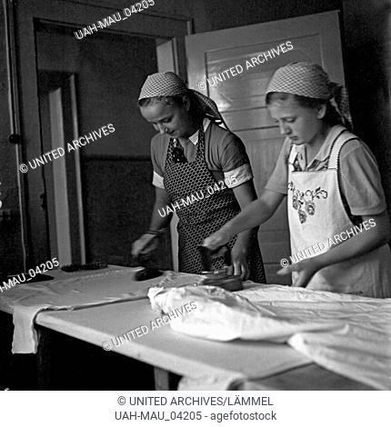 Zwei BdM Mädel beim Bügeln im Landjahr Lager in Polle an der Weser, Deutschland 1930er Jahre. Two BdM girls ironing the washing at the camp in Polle