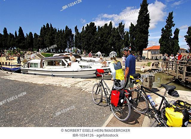 Fonserannes Lock, bicyclists, Canal du Midi, Midi, France, Europe