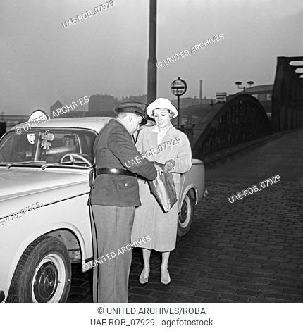 Die Fernsehansagerin Angelika Feldmann wird am Freihafen Hamburg vom Zoll kontrolliert, Deutschland 1950er Jahre. TV presenter Angelika Feldmann is checked by a...