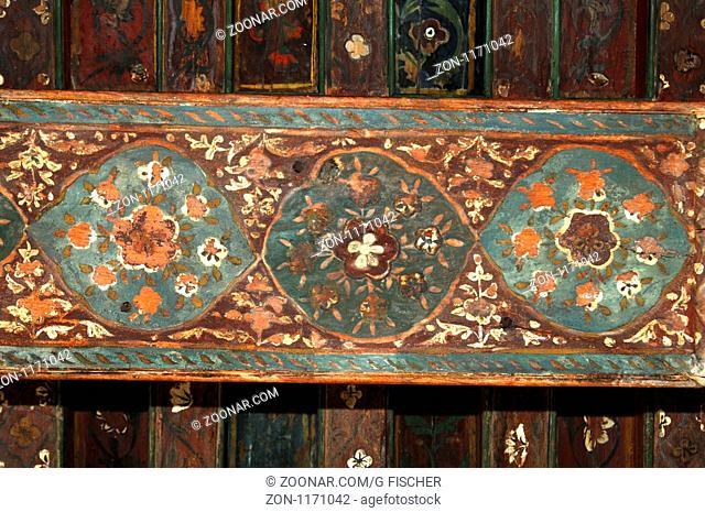 Dekoration mit Arabesken an einer hözernen Kassettendecke im Fort Jabrin, Dhakiliya Region, Sultanat von Oman / Arabesque pattern on a wooden coffered ceiling...