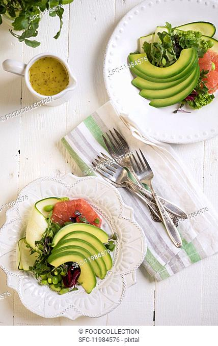Avocado salad with grapefruit and courgette