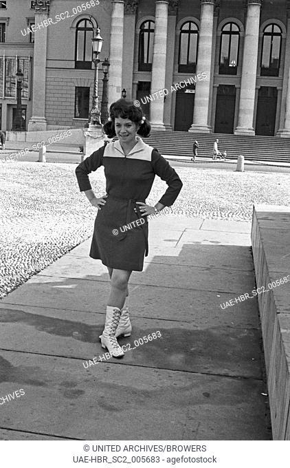 Die Schauspielerin und Sängerin Lotti Krekel in München, Deutschland 1960er Jahre. Singer and actress Lotti Krekel at Munich, Germany 1960s
