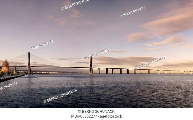 Vasco Da Gama Brücke in Lisbon at sundown