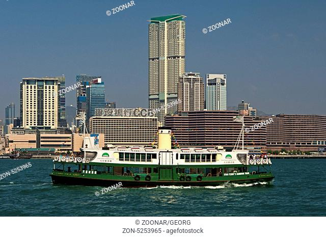 Blick von der Insel Hongkong über den Victoria Hafen auf die Hochhäuser im Tsim Sha Tsui Stadtbezirk, Kowloon, Hongkong / View from Hong Kong Islands across the...