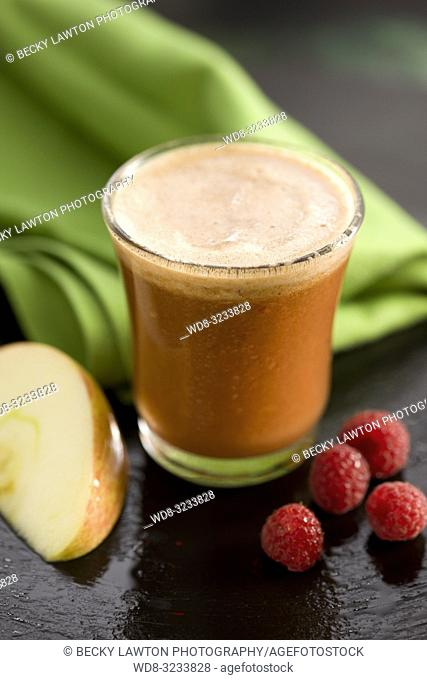 zumo de melocoton, frambuesa, manzana. / Peach, raspberry, apple juice