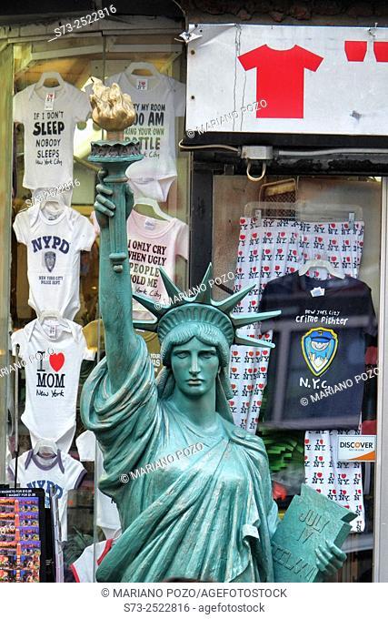 Souvenirs shop, Fifth Avenue, Manhattan, New York, USA