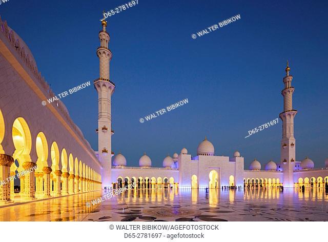 UAE, Abu Dhabi, Sheikh Zayed bin Sultan Mosque, courtyard, dusk