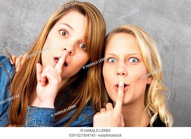 Erstaunte Mädchen sind sprachlos - shh