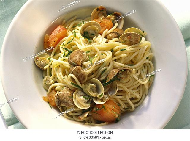 Spaghetti with clams, tomatoes, parsley and thyme