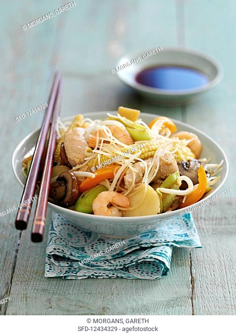 Chow mein with chicken and prawns
