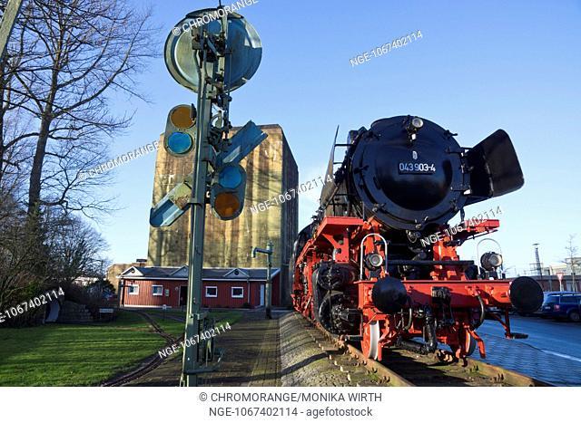 4 von 1943, im Hintergrund der Emder Wasserturm, Emden, Ostfriesland, Niedersachsen, Deutschland, Europa - Historical locomotive from 1943