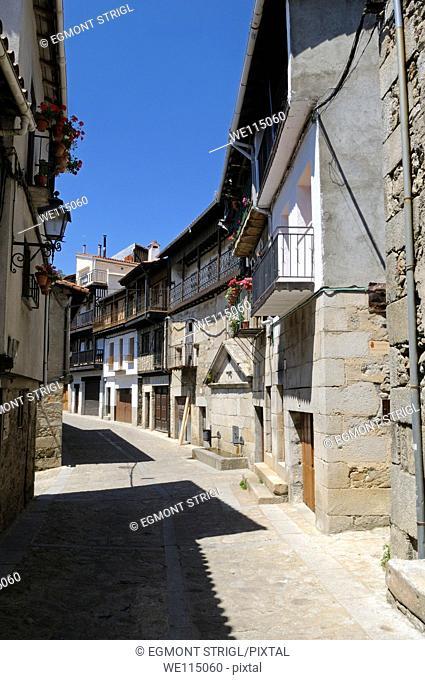 Europe, Spain, Castile and Leon, Castilla y Leon, Sierra de Francia, narrow lane in Mogarraz