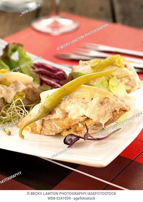 montadito de bonito, punta de esparrago con mayonesa y guindilla