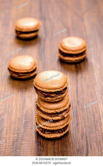 Braune französische Macarons mit Kakao und Schokolade