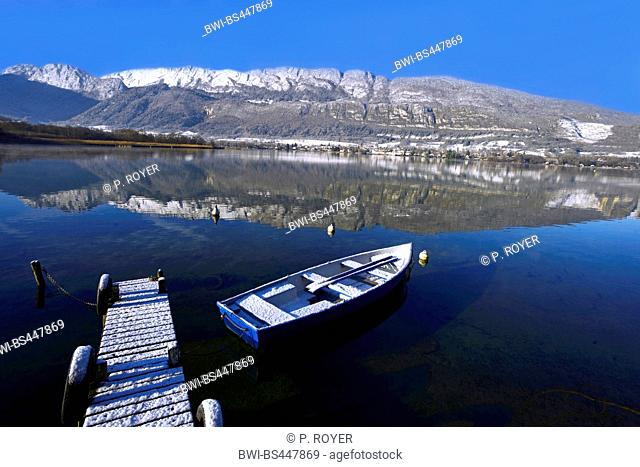 snow covered boardwalk with rowing boat at lac d'Annecy in the morning, France, Savoie, Haute Savoie, Angon